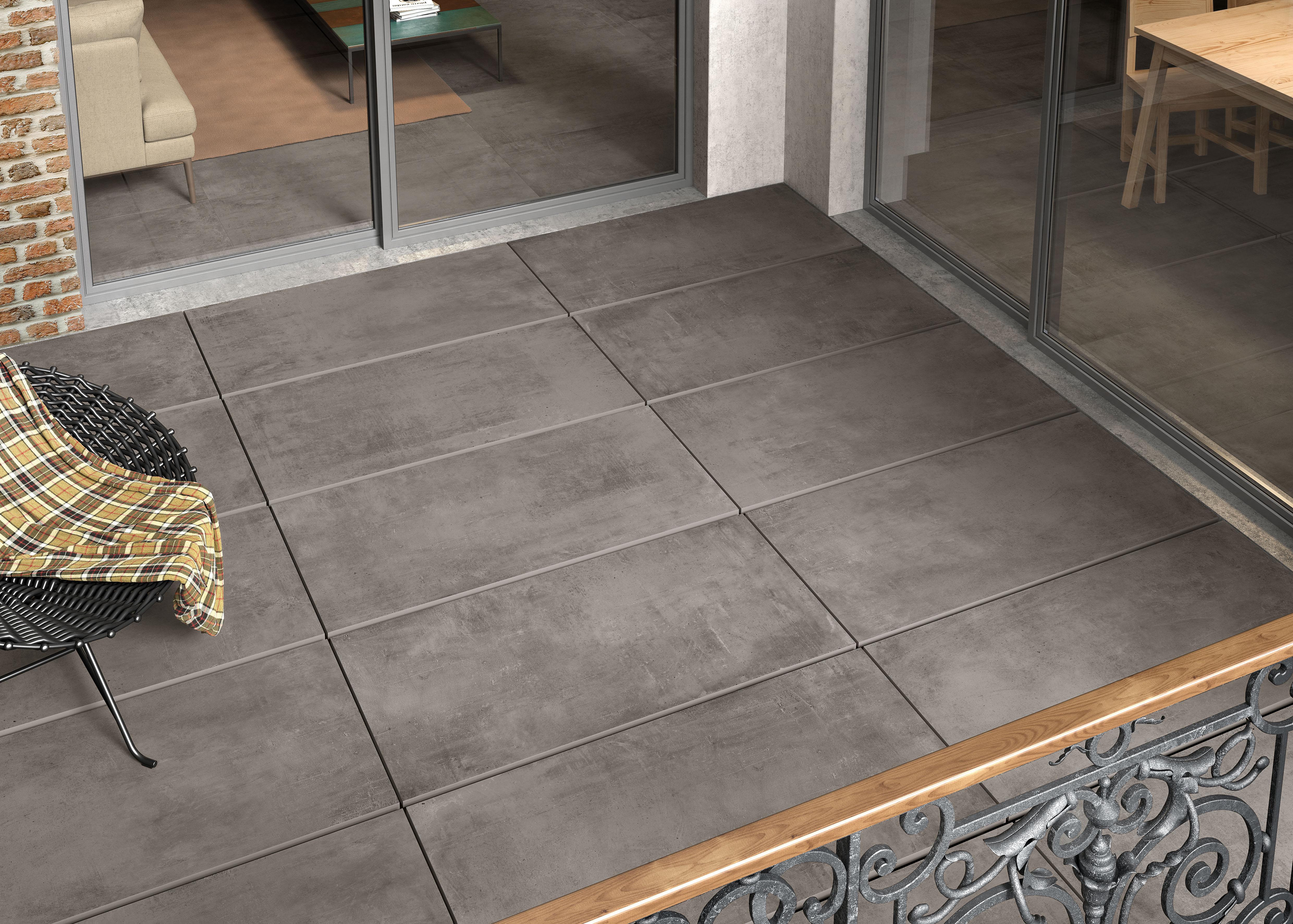 Dunkel Grau Betonfliesen auf der Balkon, dark grey concrete effect tiles on the balcony
