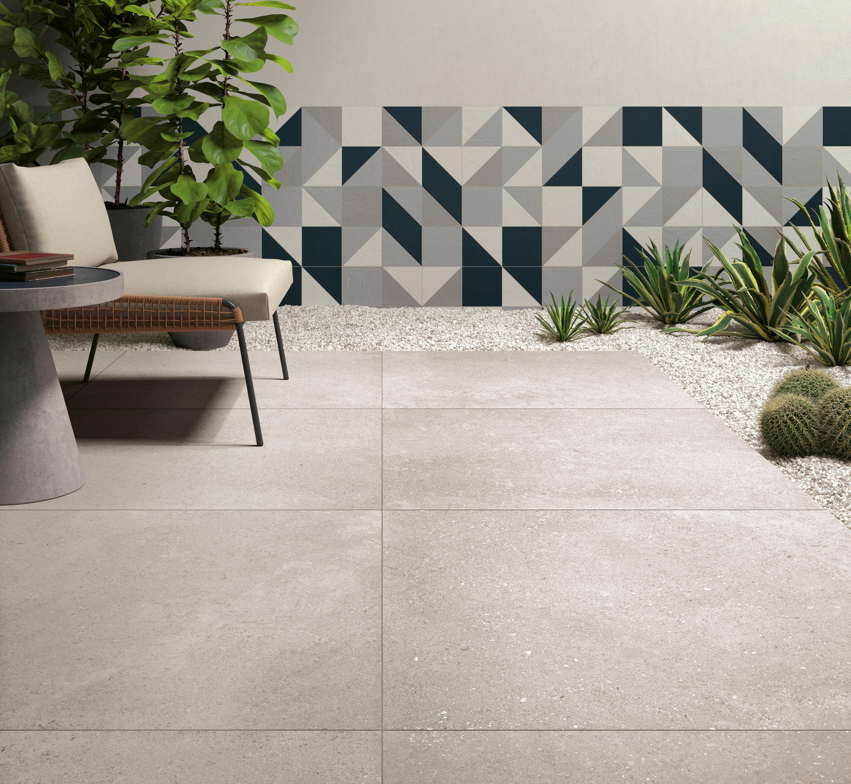weiß Steinoptik Fliesen auf der Terrasse, white stone effect tiles in the patio